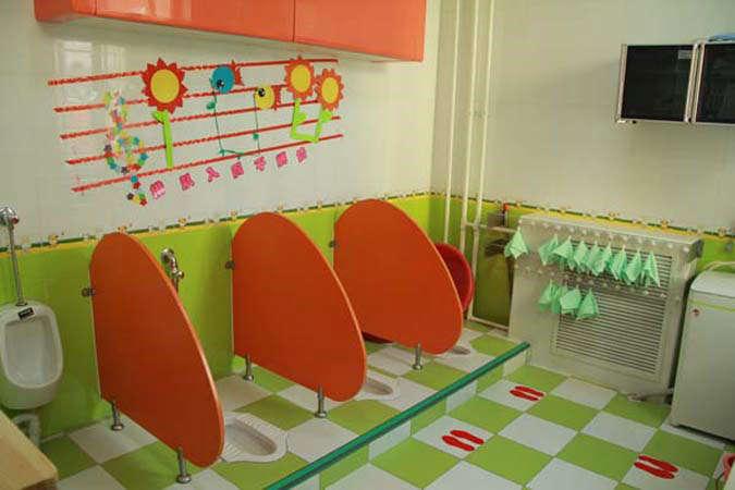 幼儿园洗手间隔断由于其环境的原因,从而使我们的隔断在形状与颜色都要比其他的隔断需要更大的投入。那么,我们在安装洗手间隔断的时候,如何才能省钱?如何在保证异形和重彩的模式下进行省钱呢? 虽然说形状与颜色对于我们的隔断安装成本来讲,有着很大的制约作用,但是,即使这样,我们还是有办法进行相应的改进的。